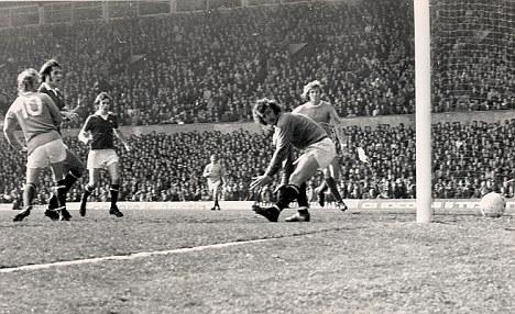 «Το γκολ που 'έριξα' τη Γιουνάιτεντ ήταν συμπτωματικό». Το έχει πει ο Ντένις Λόου στον Χρήστο Σωτηρακόπουλο